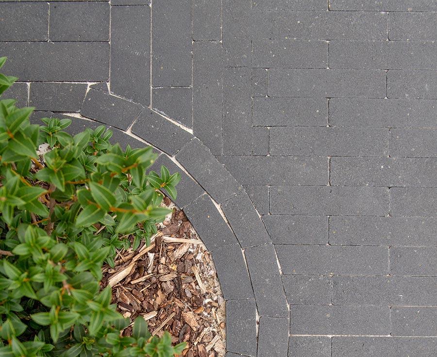 Grijze klinkers voor in de tuin of oprit.